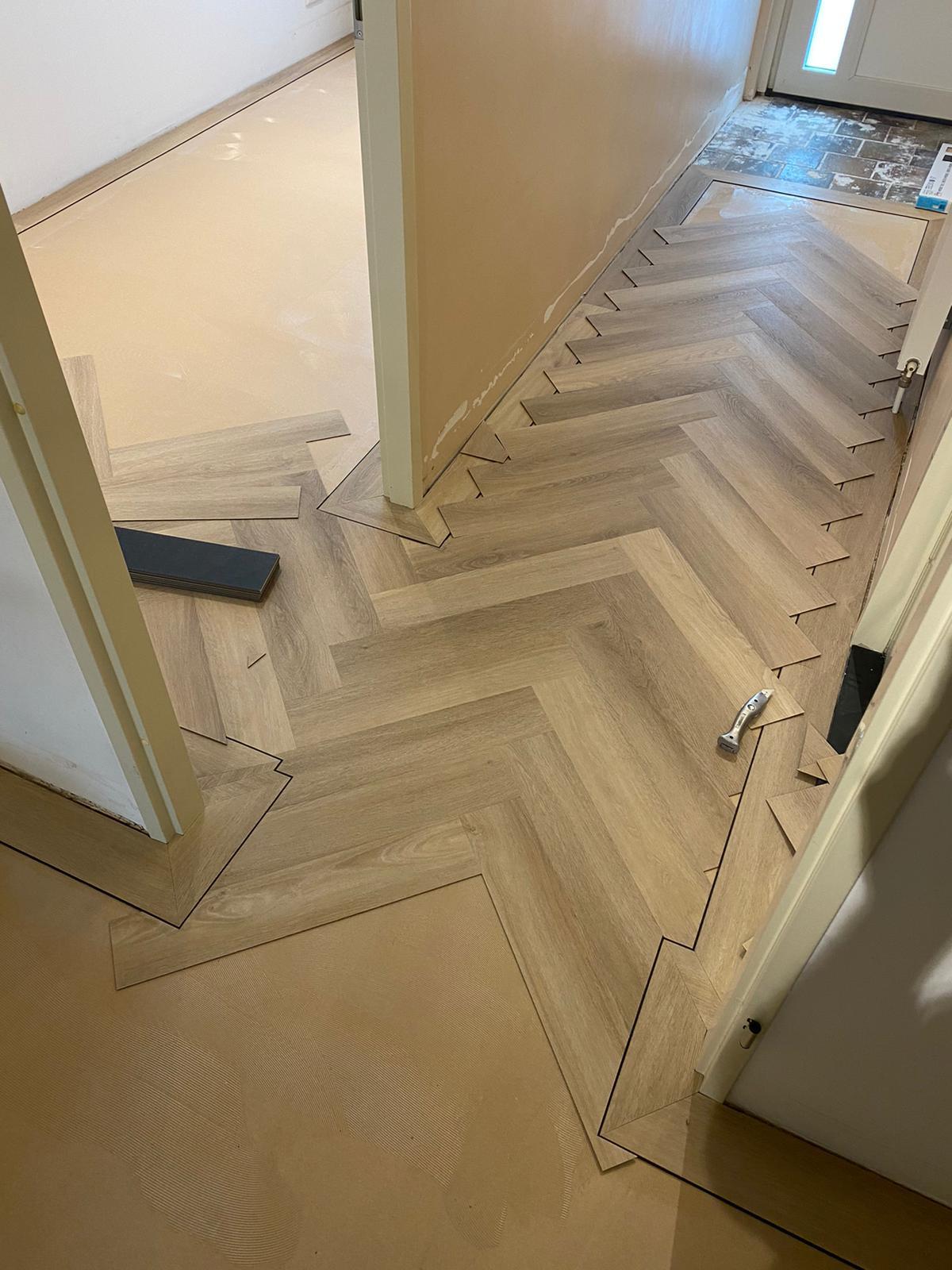 Project visgraat vloer Bacovloeren begonnen met leggen hal en kleine kamer