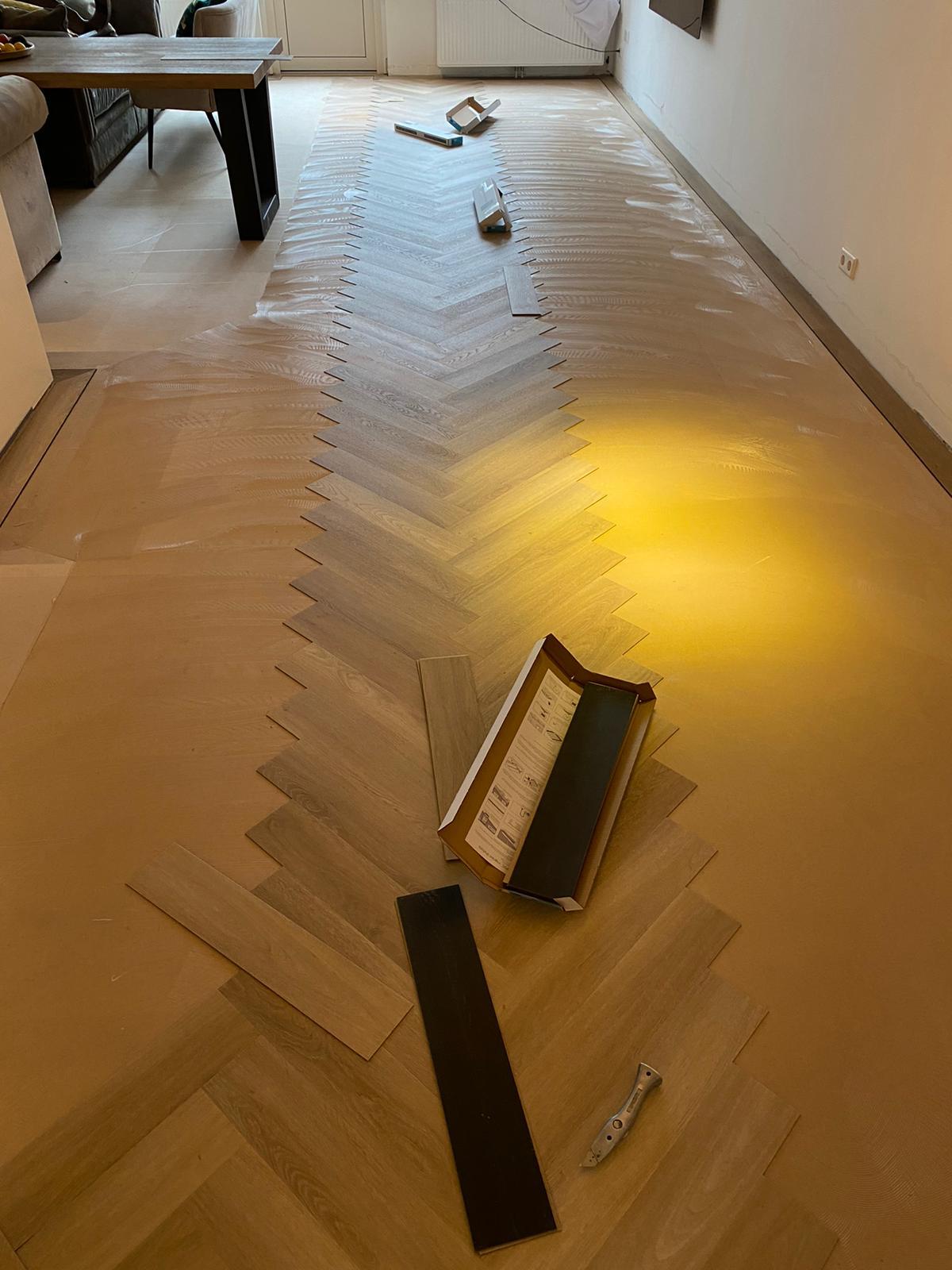 Project visgraat vloer Bacovloeren begonnen met leggen