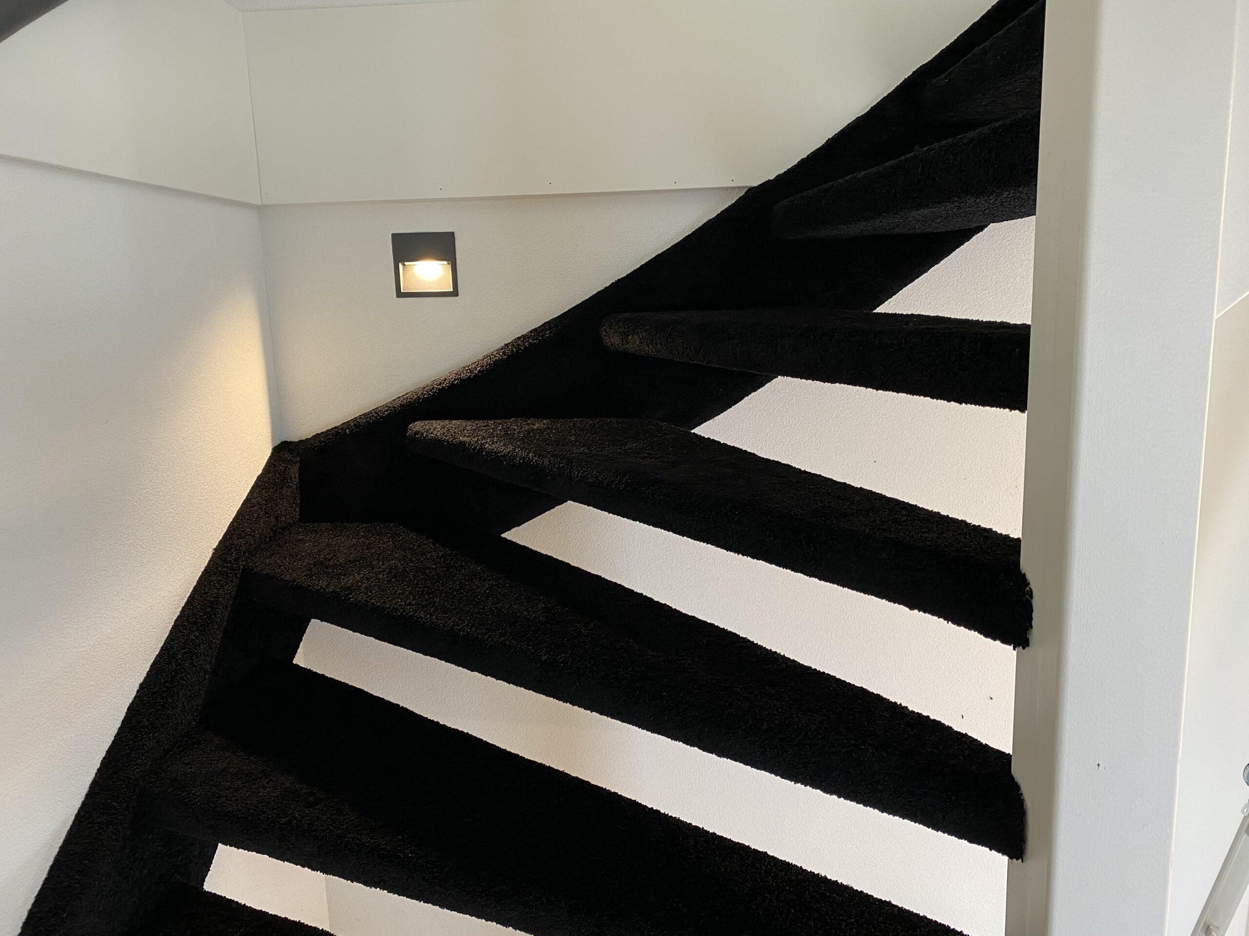 Bekleden Trap met tapijt opgeleverd