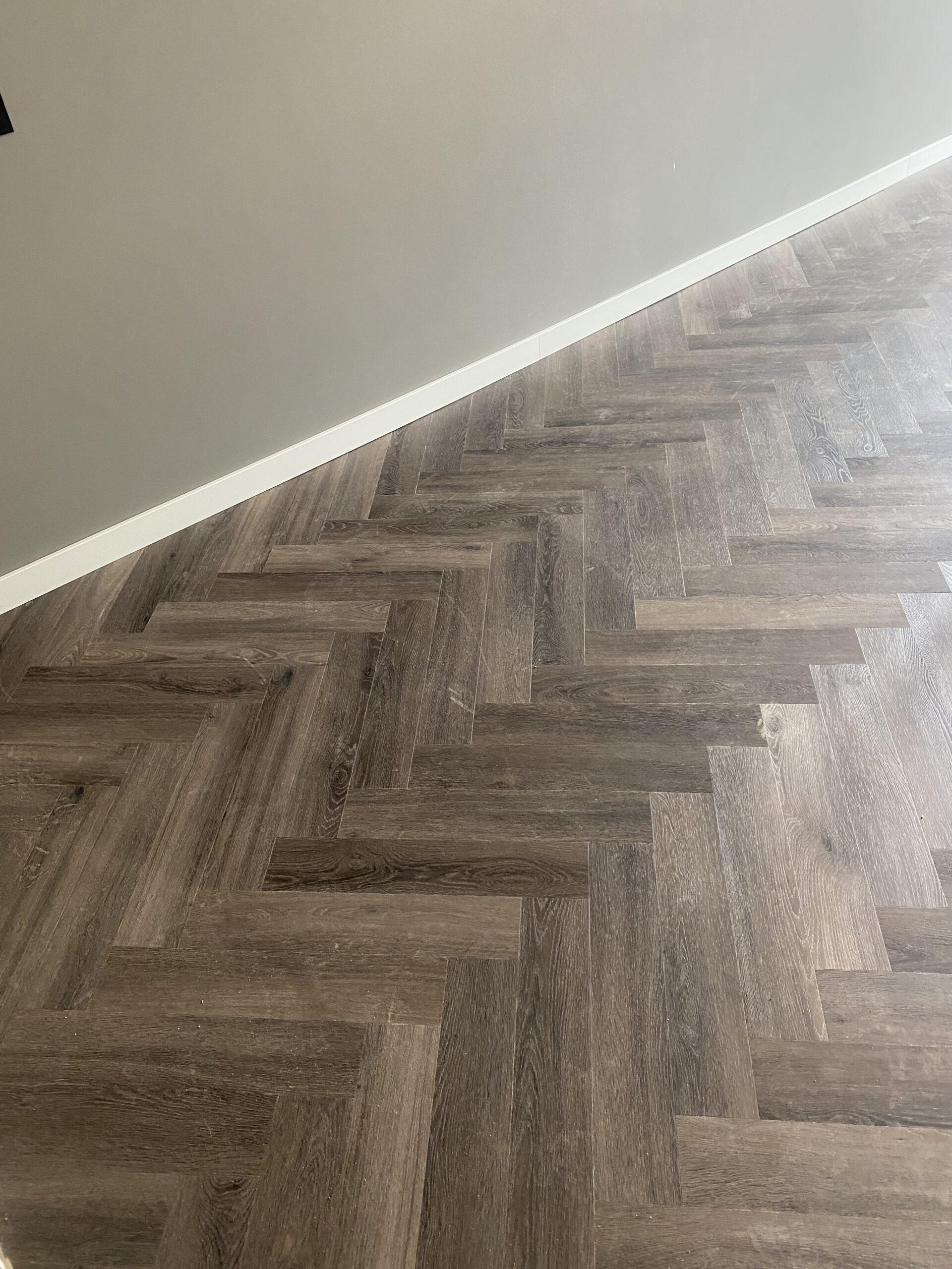 Bacovloeren PVC na egaliseren woonkamer visgraat detail