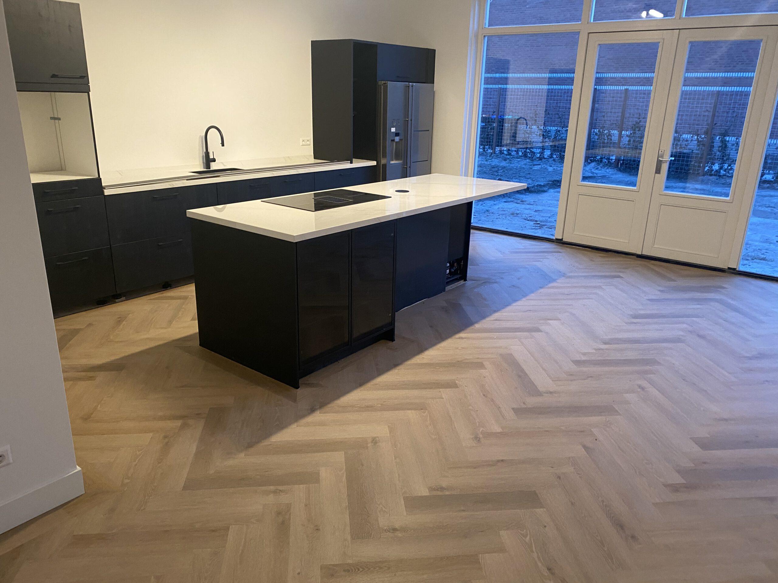 PVC Visgraatvloer gelegd open keuken